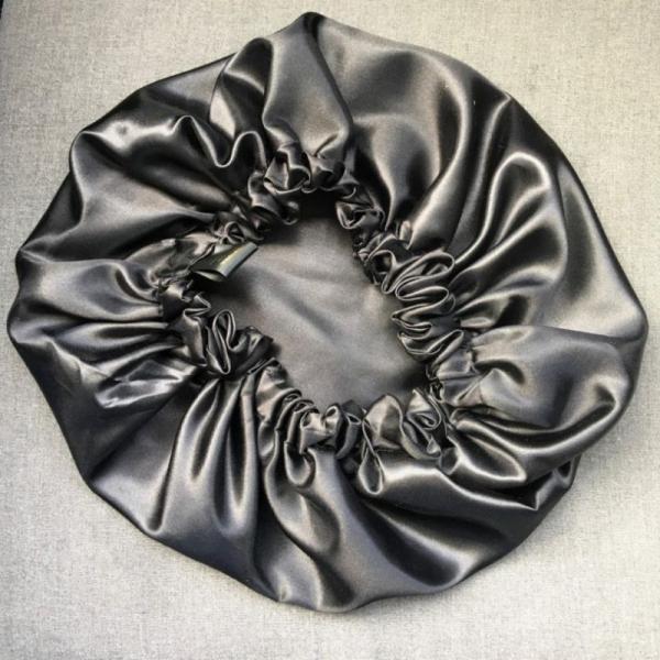 bonnet en satin noir